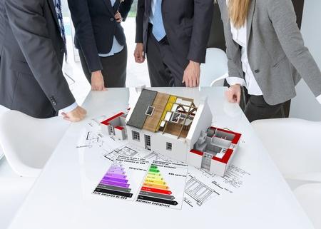 projectontwikkelaars in meeting die om een tafel heen staan